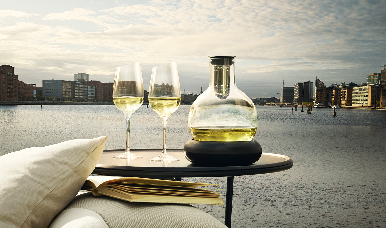 <p>Relax and enjoy the moment with a glass of chilled white wine. Keep the wine cool in the carafe with its integrated cooling element. </p>
